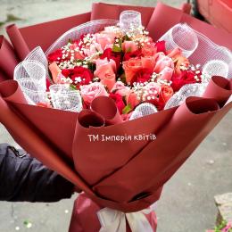 Великий букет троянд.