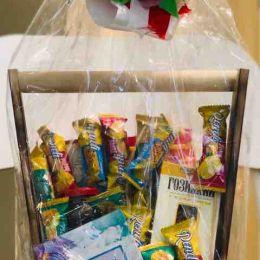 Деревянная подарочная упаковка со сладостями